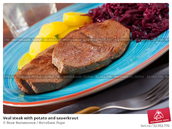Veal steak with potato and sauerkraut. Стоковое фото, фотограф Яков Филимонов / Фотобанк Лори