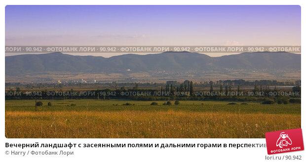 Вечерний ландшафт с засеянными полями и дальними горами в перспективе, фото № 90942, снято 17 августа 2007 г. (c) Harry / Фотобанк Лори