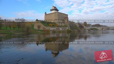 Вид на замок Германа октябрьским днем. Нарва, Эстония (2018 год). Стоковое видео, видеограф Виктор Карасев / Фотобанк Лори