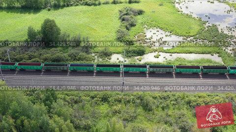 Вид сверху на железную дорогу и грузовой поезд. Стоковое видео, видеограф Beerkoff / Фотобанк Лори