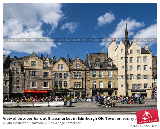 Купить «View of outdoor bars at Grassmarket in Edinburgh Old Town on sunny afternoon, Edinburgh, Scotland, UK.», фото № 28580698, снято 21 апреля 2018 г. (c) age Fotostock / Фотобанк Лори