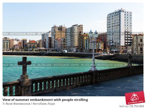 View of summer embankment with people strolling (2019 год). Редакционное фото, фотограф Яков Филимонов / Фотобанк Лори