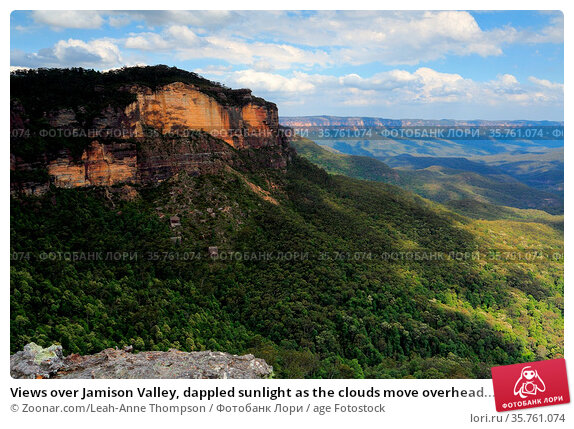 Views over Jamison Valley, dappled sunlight as the clouds move overhead... Стоковое фото, фотограф Zoonar.com/Leah-Anne Thompson / age Fotostock / Фотобанк Лори