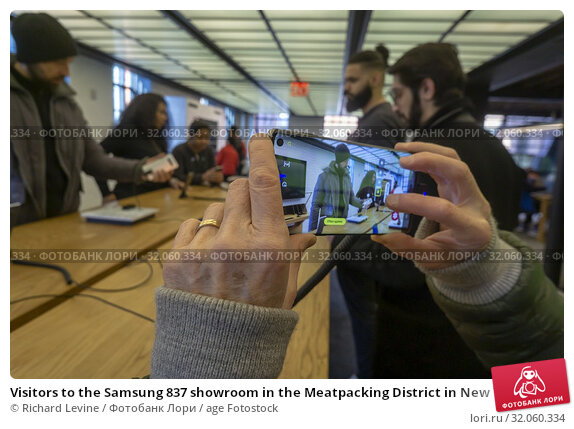 Visitors to the Samsung 837 showroom in the Meatpacking District in New York admire the Samsung Galaxy S10 smartphone on Thursday, February 21, 2019. Samsung... Редакционное фото, фотограф Richard Levine / age Fotostock / Фотобанк Лори