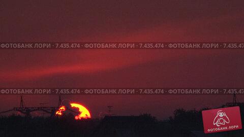 Восход. Красное солнце над ЛЭП. Timelapse. Скорость х64. Стоковое видео, видеограф Mike The / Фотобанк Лори