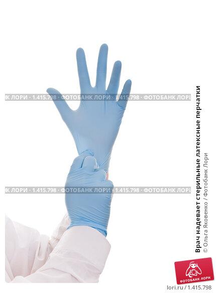 Врач надевает стерильные латексные перчатки, фото № 1415798, снято 26 января 2010 г. (c) Ольга Яковенко / Фотобанк Лори