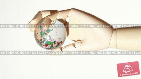 Купить «Вращающаяся рука деревянного манекена держит глобус», видеоролик № 3711762, снято 12 декабря 2010 г. (c) Losevsky Pavel / Фотобанк Лори