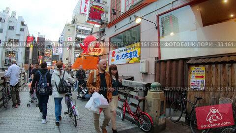 Купить «Walking along small street and Tazaemon-bashi Bridge in Osaka», видеоролик № 33161570, снято 24 января 2020 г. (c) Serg Zastavkin / Фотобанк Лори