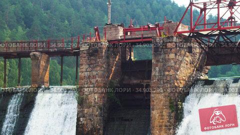 Water dam in the middle of the forest. Стоковое видео, видеограф Константин Шишкин / Фотобанк Лори