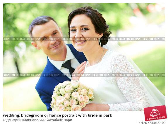 wedding. bridegroom or fiance portrait with bride in park. Стоковое фото, фотограф Дмитрий Калиновский / Фотобанк Лори