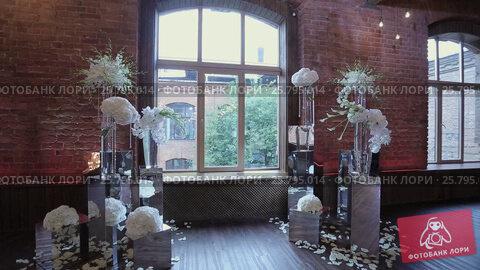 Wedding ceremony decoration indoors, видеоролик № 25795014, снято 14 марта 2016 г. (c) Алексей Макаров / Фотобанк Лори