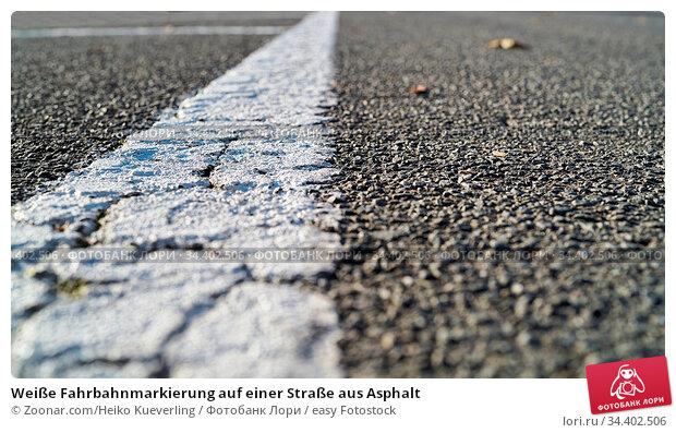 Weiße Fahrbahnmarkierung auf einer Straße aus Asphalt. Стоковое фото, фотограф Zoonar.com/Heiko Kueverling / easy Fotostock / Фотобанк Лори