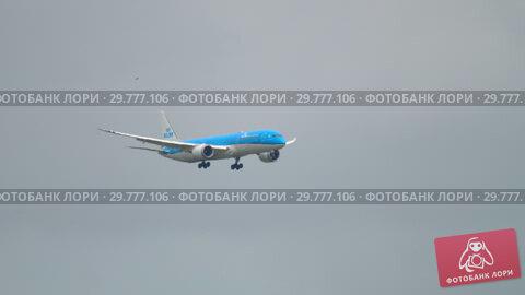 Купить «Widebody airplane approaching before landing», видеоролик № 29777106, снято 27 июля 2017 г. (c) Игорь Жоров / Фотобанк Лори