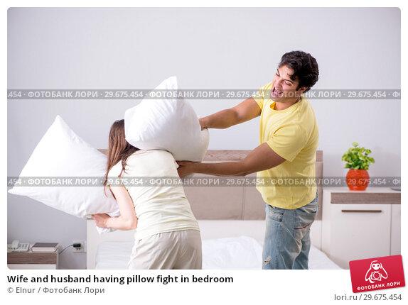 Купить «Wife and husband having pillow fight in bedroom», фото № 29675454, снято 27 июня 2018 г. (c) Elnur / Фотобанк Лори