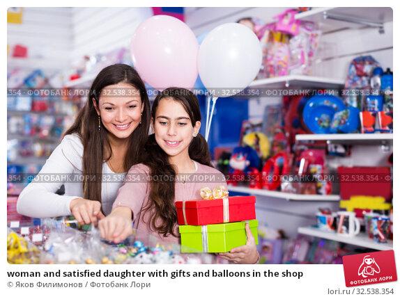 Купить «woman and satisfied daughter with gifts and balloons in the shop», фото № 32538354, снято 22 января 2018 г. (c) Яков Филимонов / Фотобанк Лори