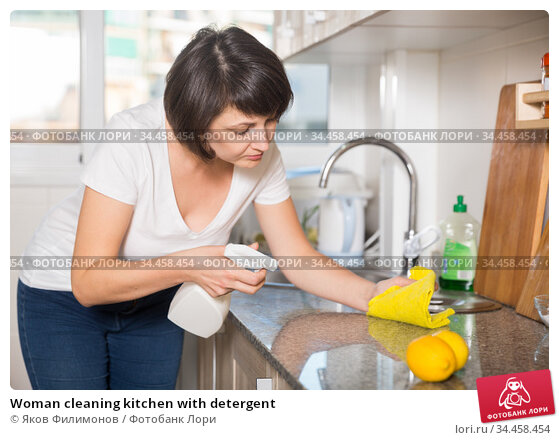 Woman cleaning kitchen with detergent. Стоковое фото, фотограф Яков Филимонов / Фотобанк Лори