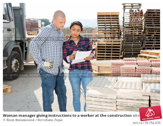 Woman manager giving instructions to a worker at the construction site of construction store. Стоковое фото, фотограф Яков Филимонов / Фотобанк Лори