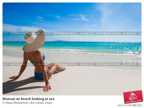 Woman on beach looking at sea. Стоковое фото, фотограф Иван Михайлов / Фотобанк Лори