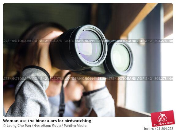 Купить «Woman use the binoculars for birdwatching», фото № 21804278, снято 18 апреля 2019 г. (c) PantherMedia / Фотобанк Лори