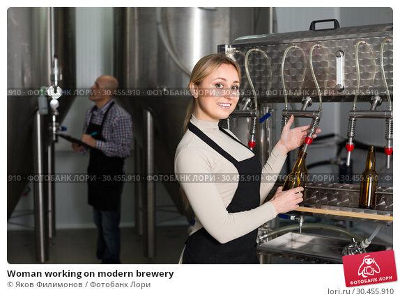 Woman working on modern brewery. Стоковое фото, фотограф Яков Филимонов / Фотобанк Лори