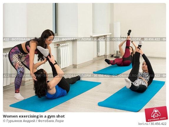 Women exercising in a gym shot. Стоковое фото, фотограф Гурьянов Андрей / Фотобанк Лори