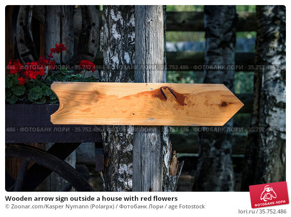 Wooden arrow sign outside a house with red flowers. Стоковое фото, фотограф Zoonar.com/Kasper Nymann (Polarpx) / age Fotostock / Фотобанк Лори
