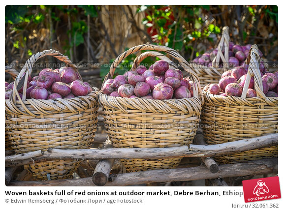 Woven baskets full of red onions at outdoor market, Debre Berhan, Ethiopia. Стоковое фото, фотограф Edwin Remsberg / age Fotostock / Фотобанк Лори