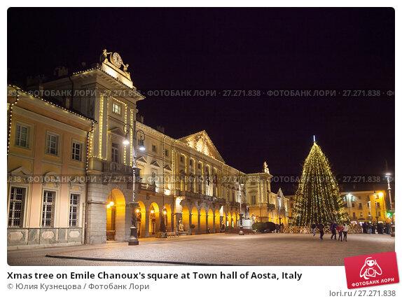 Купить «Xmas tree on Emile Chanoux's square at Town hall of Aosta, Italy», фото № 27271838, снято 2 января 2017 г. (c) Юлия Кузнецова / Фотобанк Лори