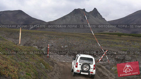 Купить «Японский внедорожник Suzuki Jimny едет по горной дороге на вулкан», видеоролик № 32154070, снято 2 сентября 2019 г. (c) А. А. Пирагис / Фотобанк Лори