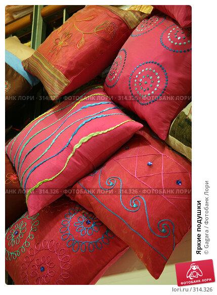 Купить «Яркие подушки», фото № 314326, снято 13 марта 2008 г. (c) Gagara / Фотобанк Лори