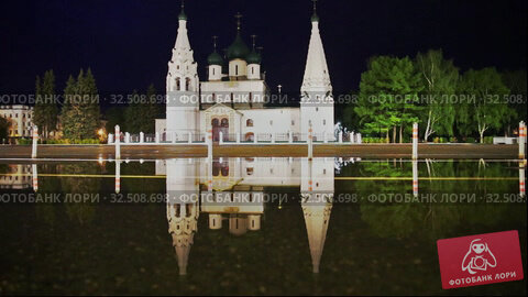 Купить «Yaroslavl, rare drops of rain dripping into a puddle with a reflection of the Church of Elijah the Prophet», видеоролик № 32508698, снято 14 мая 2019 г. (c) Юлия Бабкина / Фотобанк Лори