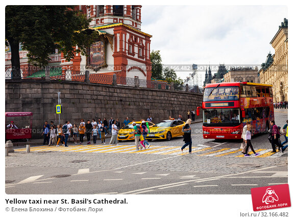 Купить «Yellow taxi near St. Basil's Cathedral.», фото № 32166482, снято 14 августа 2019 г. (c) Елена Блохина / Фотобанк Лори