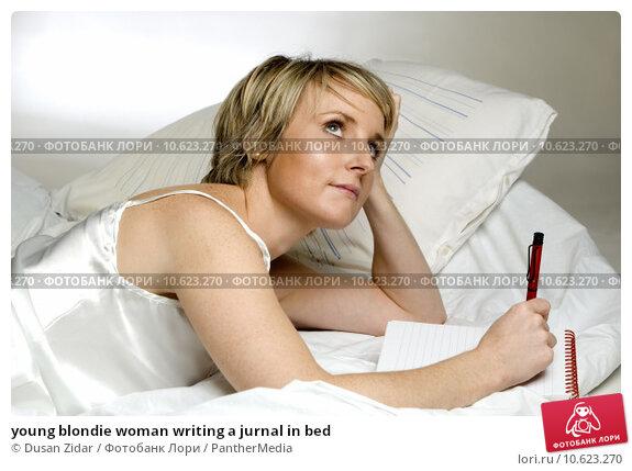 young blondie woman writing a jurnal in bed. Стоковое фото, фотограф Dusan Zidar / PantherMedia / Фотобанк Лори