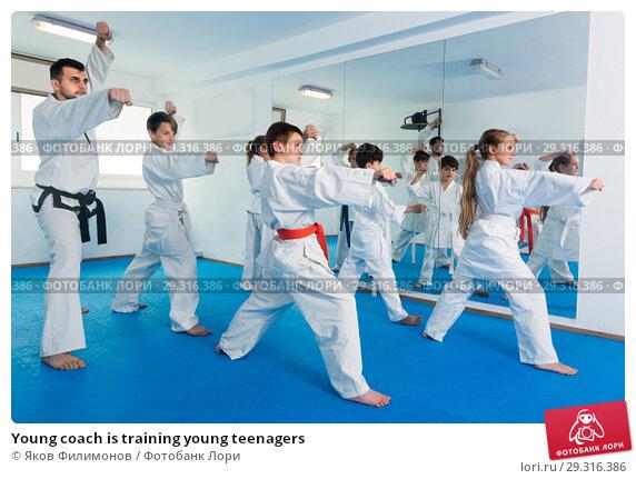 Купить «Young coach is training young teenagers», фото № 29316386, снято 25 марта 2017 г. (c) Яков Филимонов / Фотобанк Лори