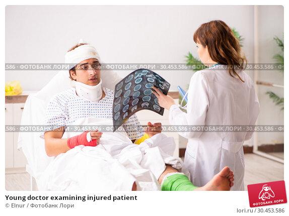 Young doctor examining injured patient. Стоковое фото, фотограф Elnur / Фотобанк Лори
