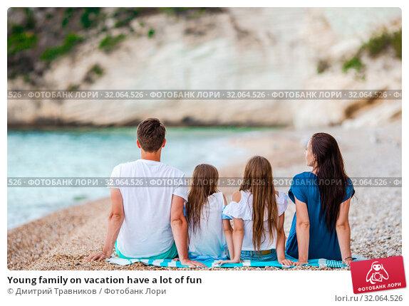 Young family on vacation have a lot of fun. Стоковое фото, фотограф Дмитрий Травников / Фотобанк Лори