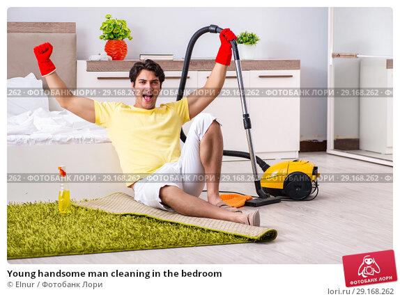 Купить «Young handsome man cleaning in the bedroom», фото № 29168262, снято 28 июня 2018 г. (c) Elnur / Фотобанк Лори