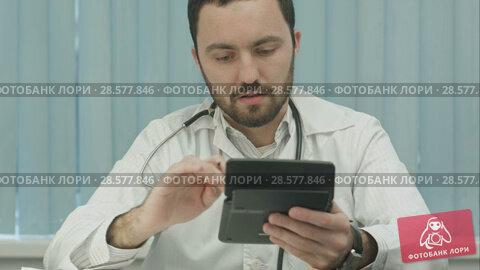 Купить «Young male doctor with a calculator make calculations and make notes», видеоролик № 28577846, снято 24 ноября 2015 г. (c) Vasily Alexandrovich Gronskiy / Фотобанк Лори