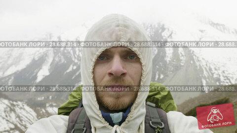 Купить «Young man in the mountains of Nepal. Manaslu circuit trek, 4500 m altitude.», видеоролик № 28688314, снято 18 июня 2018 г. (c) Dzmitry Astapkovich / Фотобанк Лори