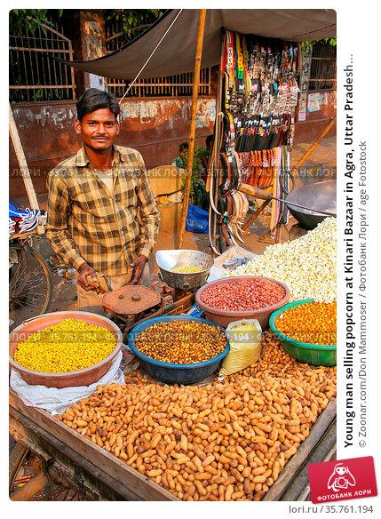 Young man selling popcorn at Kinari Bazaar in Agra, Uttar Pradesh... Стоковое фото, фотограф Zoonar.com/Don Mammoser / age Fotostock / Фотобанк Лори