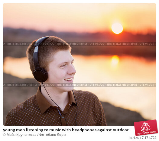 Купить «young men listening to music with headphones against outdoor», фото № 7171722, снято 17 марта 2015 г. (c) Майя Крученкова / Фотобанк Лори