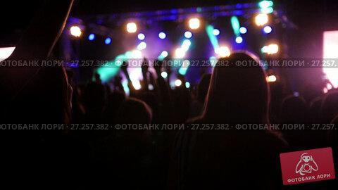 Купить «Young people dancing at the rep rock concert, slow-motion», видеоролик № 27257382, снято 10 декабря 2018 г. (c) Константин Шишкин / Фотобанк Лори