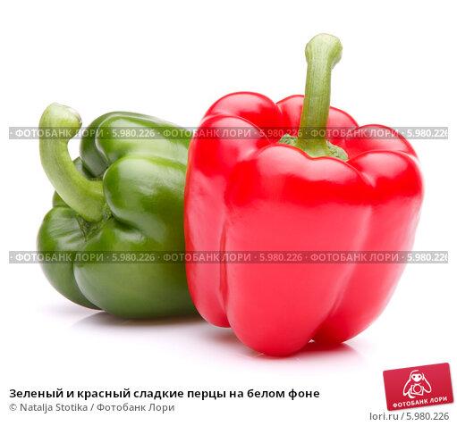 Купить «Зеленый и красный сладкие перцы на белом фоне», фото № 5980226, снято 31 мая 2013 г. (c) Natalja Stotika / Фотобанк Лори