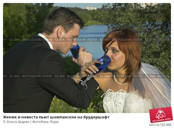Жених и невеста пьют шампанское на брудершафт, фото № 52494, снято 2 июня 2007 г. (c) Ольга Шаран / Фотобанк Лори