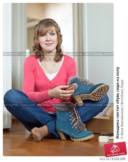 Купить «Женщина чистит обувь сидя на полу», фото № 4026690, снято 26 августа 2012 г. (c) Яков Филимонов / Фотобанк Лори