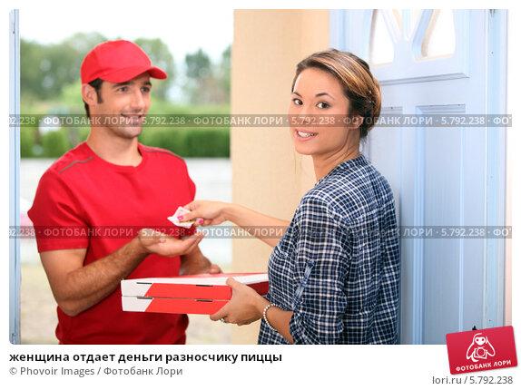 Купить «женщина отдает деньги разносчику пиццы», фото № 5792238, снято 9 сентября 2010 г. (c) Phovoir Images / Фотобанк Лори