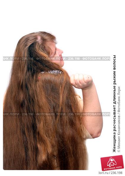 Женщина расчесывает длинные рыжие волосы, фото № 236198, снято 23 апреля 2017 г. (c) Михаил Коханчиков / Фотобанк Лори