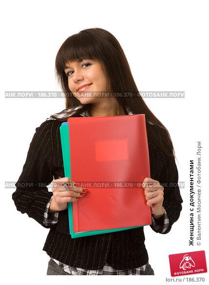Купить «Женщина с документами», фото № 186370, снято 22 декабря 2007 г. (c) Валентин Мосичев / Фотобанк Лори