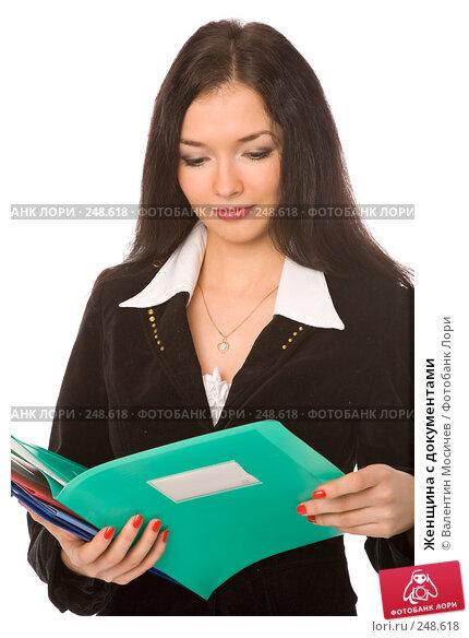 Купить «Женщина с документами», фото № 248618, снято 22 марта 2008 г. (c) Валентин Мосичев / Фотобанк Лори