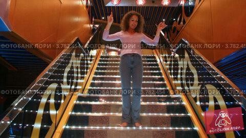 Купить «Женщина танцует на лестнице», видеоролик № 3782454, снято 9 июня 2012 г. (c) Losevsky Pavel / Фотобанк Лори